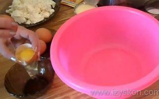 Творожная запеканка с изюмом, приготовленная в духовке