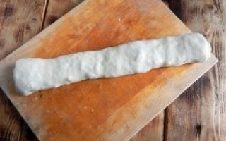 Сочный рулет из слоеного теста с фаршем и сыром