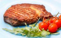 Сочный стейк из свинины на сковороде