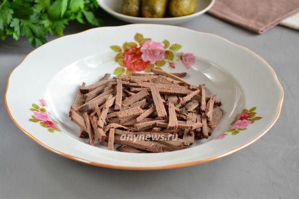 Салат с говяжьей печенью и морковью с соленым огурцом