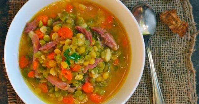 Классический гороховый суп с свиными ребрышками