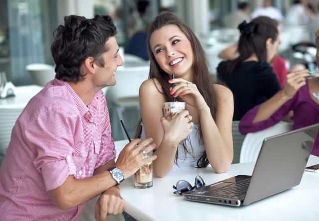 Как показать мужчине, что он тебе нравится: женские секреты