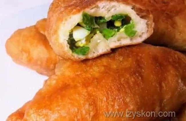 Жареные пирожки с зеленым луком и яйцом из дрожжевого теста