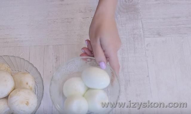 Слоеный салат с жареными шампиньонами
