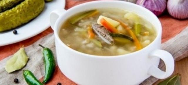 Суп рассольник с рисом и солеными огурцами