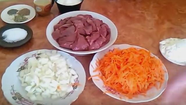 Говяжья печень в сметане с луком