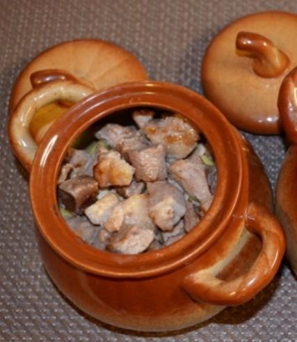 Мясо в горшочках с картошкой и грибами, приготовленное в духовке