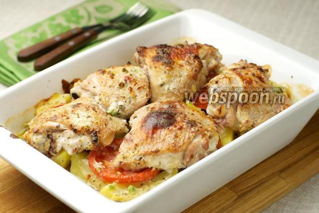 Картофель, запеченный в духовке с курицей, маринованной в кефире