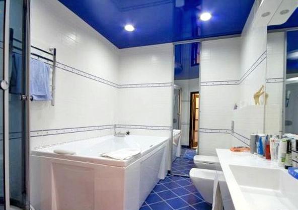 Натяжной потолок в ванной комнате: плюсы и минусы
