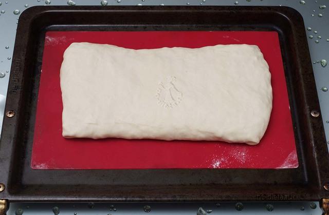 Слойки из слоеного дрожжевого теста с сыром и капустой