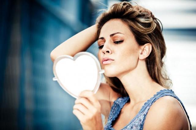 Нарциссизм у женщин: что это такое, признаки, психология