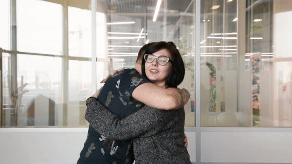Парень обнимает девушку: что означают разные виды объятий