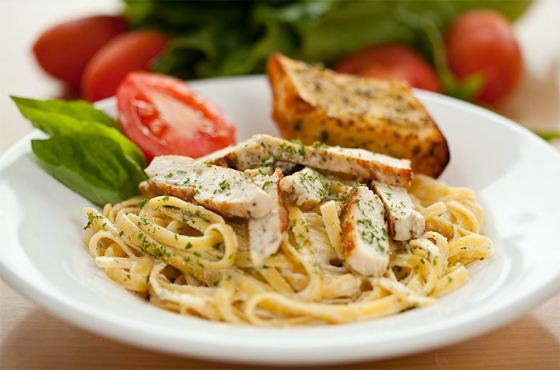 Спагетти с курицей и сыром в томатном соусе