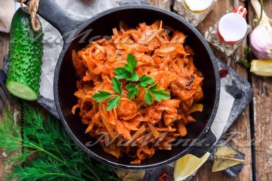 Капуста с колбасой и грибами, тушеная на сковороде