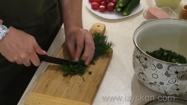 Окрошка классическая с колбасой на сыворотке