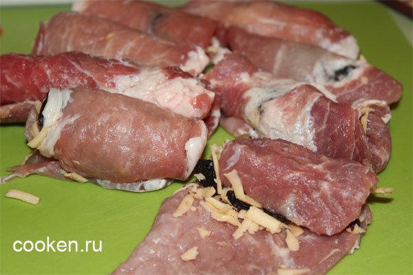 Мясной рулет с черносливом