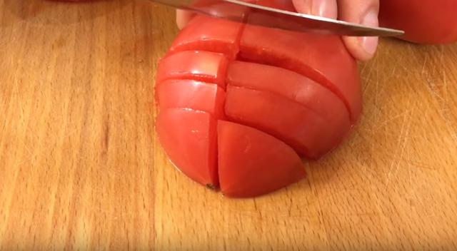 Салат «Любимый муж» с копченой грудкой и помидорами