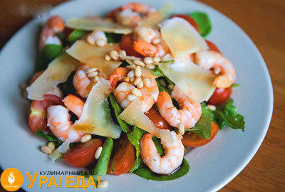 Салат с рукколой и креветками, с авокадо и помидорами черри