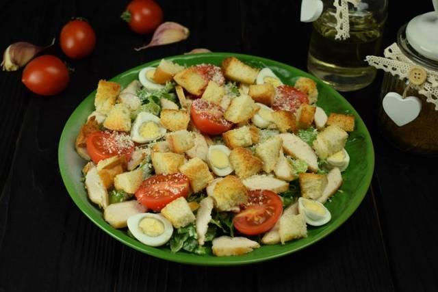 Салат с запеченной курицей и перепелиными яйцами