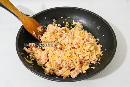 Вкусное блюдо штрудель с красной рыбой