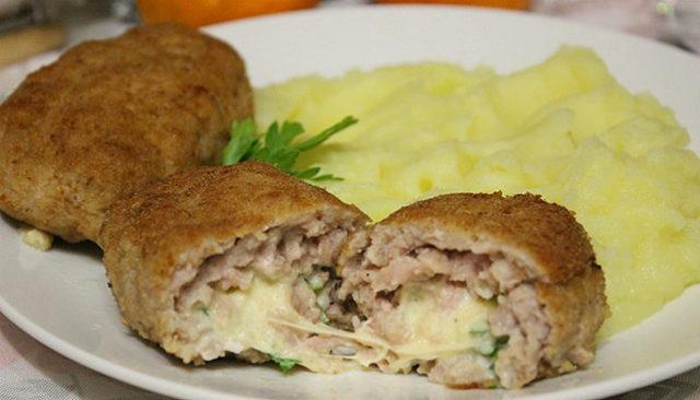 Оригинальные мясные зразы с яйцом и сыром