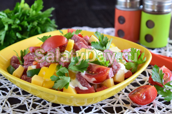 Салат из помидоров с чесноком и сыром
