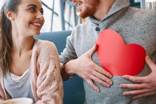 Как ведет себя влюбленный мужчина: особенности выражения чувств