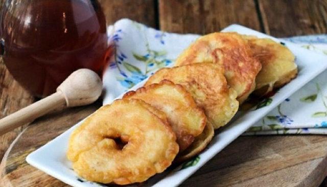 Яблоки жареные в кляре из кукурузной муки на сковороде