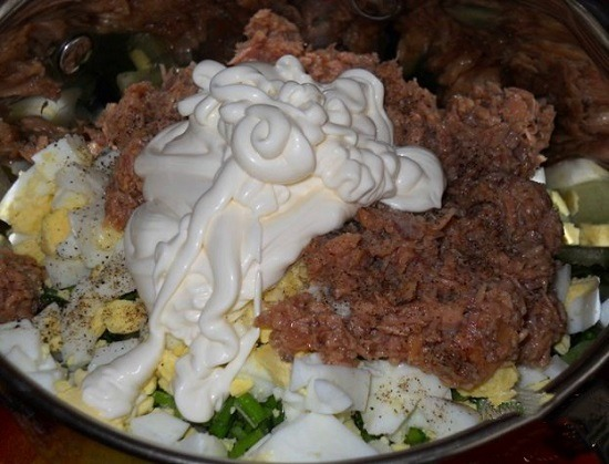 Классический салат с консервированным тунцом и яйцом
