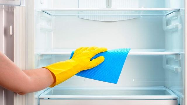 Как убрать из холодильника неприятный запах: доступные способы