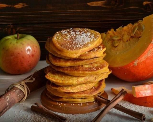 Тыквенные оладьи на кефире с яблоками