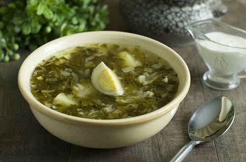 Сырный суп со щавелем и яйцом