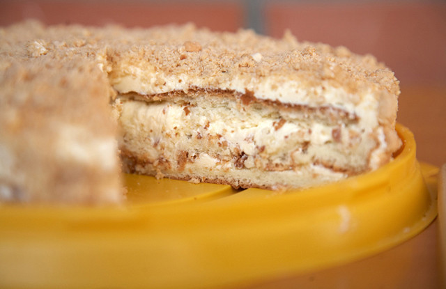 Простой бисквитный торт со сгущенкой