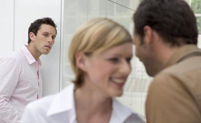 Как заставить ревновать мужчину: женские уловки
